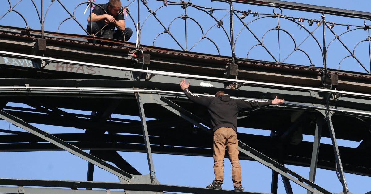 Парень, несколько часов державший в напряжении весь Киев, самостоятельно слез с Моста влюбленных