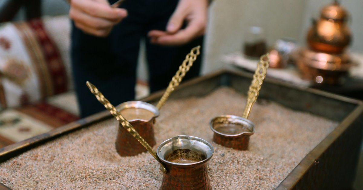 Чемпион мира по приготовлению кофе в джезве раскрыл рецепт и секреты идеального напитка