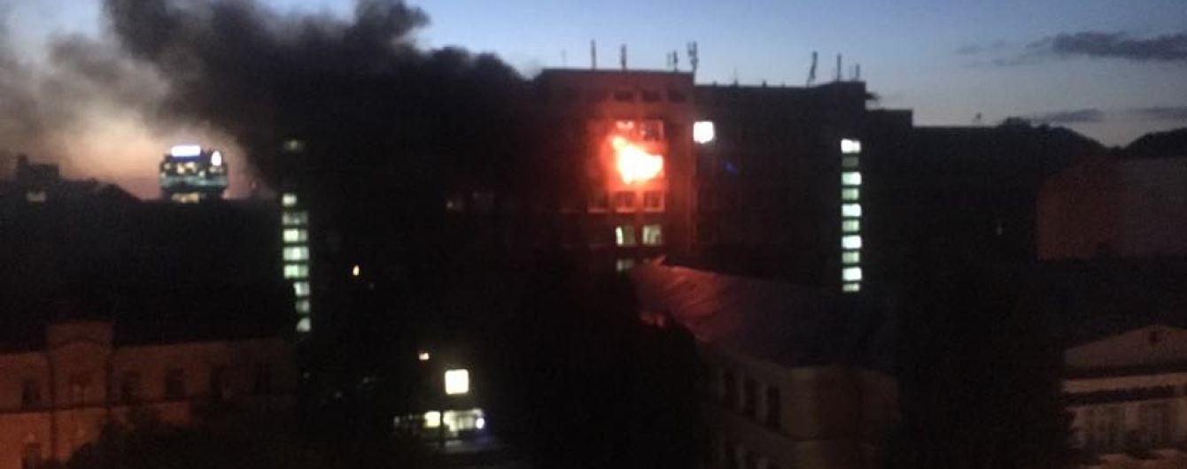 Во время пожара в киевском университете огнеборцы спасли мужчину
