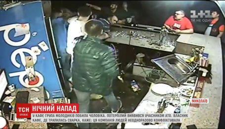 У Миколаєві 7 чоловіків напали на одного АТОвця