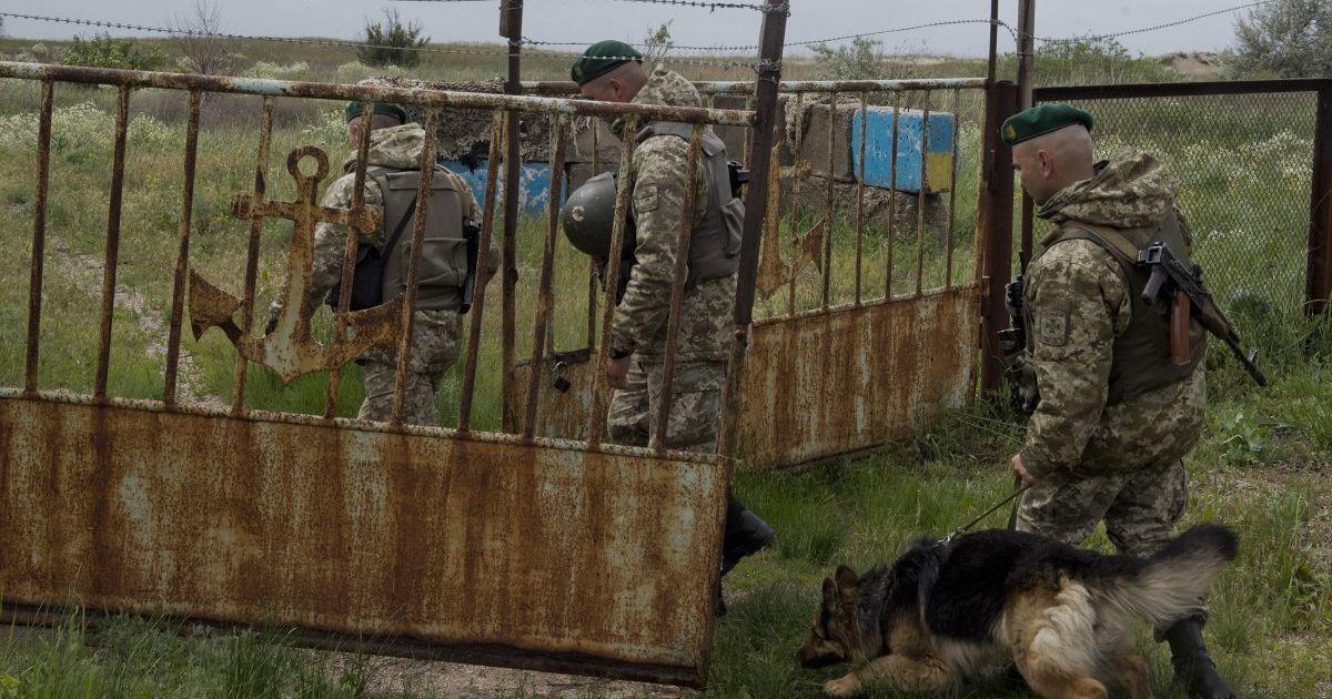 На Луганщине на неизвестной взрывчатке подорвались двое пограничников