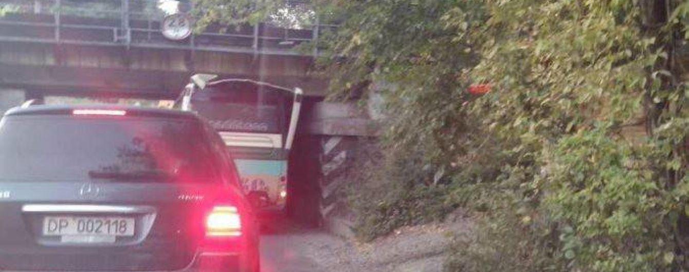 """У Києві під занизьким мостом автобусу знесло дах і він став """"кабріолетом"""""""