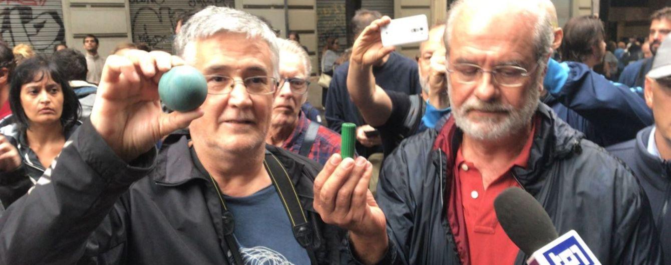 Возмущенных каталонцев полиция успокаивает резиновыми пулями и дубинками
