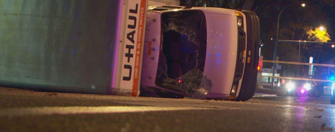 В Канаде мужчина зарезал полицейского и въехал на машине в толпу пешеходов