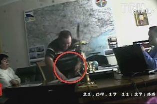 Генпрокурор показав відео, як двоє суддів намагалися дати хабар Холодницькому