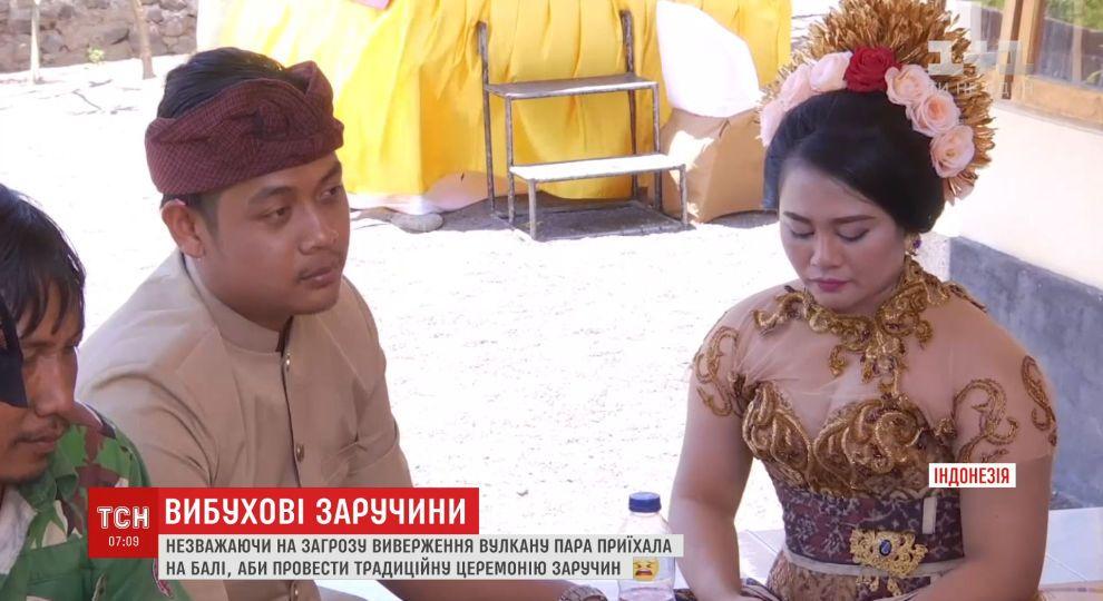chuzhuyu-zhenu-video-molodaya-para-na-plyazhe-trusiki