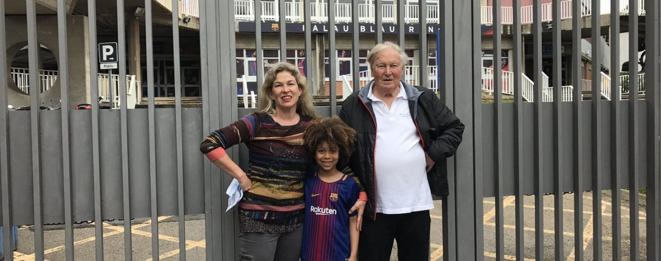 """Семья из Австралии три месяца планировала поездку на матч """"Барселоны"""", который в итоге отменили"""