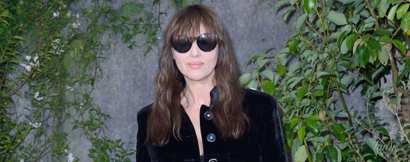 В модном бархатном пальто и с сумкой Chanel: Моника Беллуччи на Парижской неделе моды
