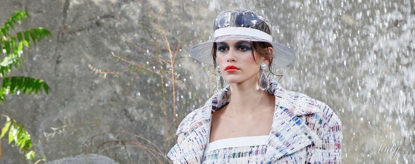 В прозрачных пластиковых сапогах и шляпе: Кайя Гербер открыла показ Chanel в Париже
