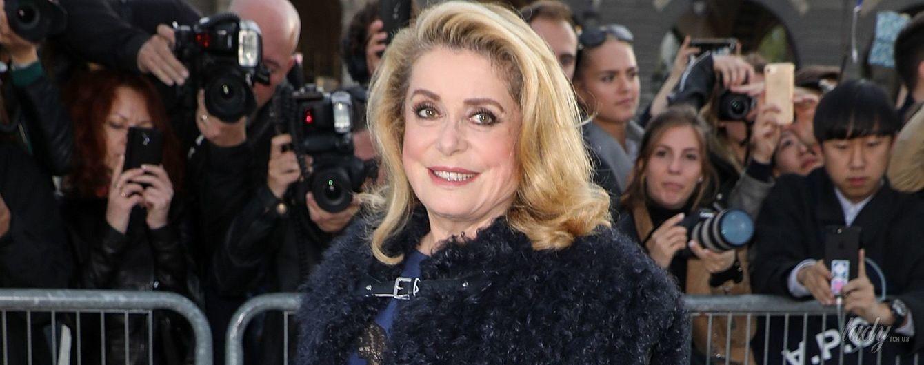 С ярким макияжем и на шпильках: 73-летняя Катрин Денев на модном показе