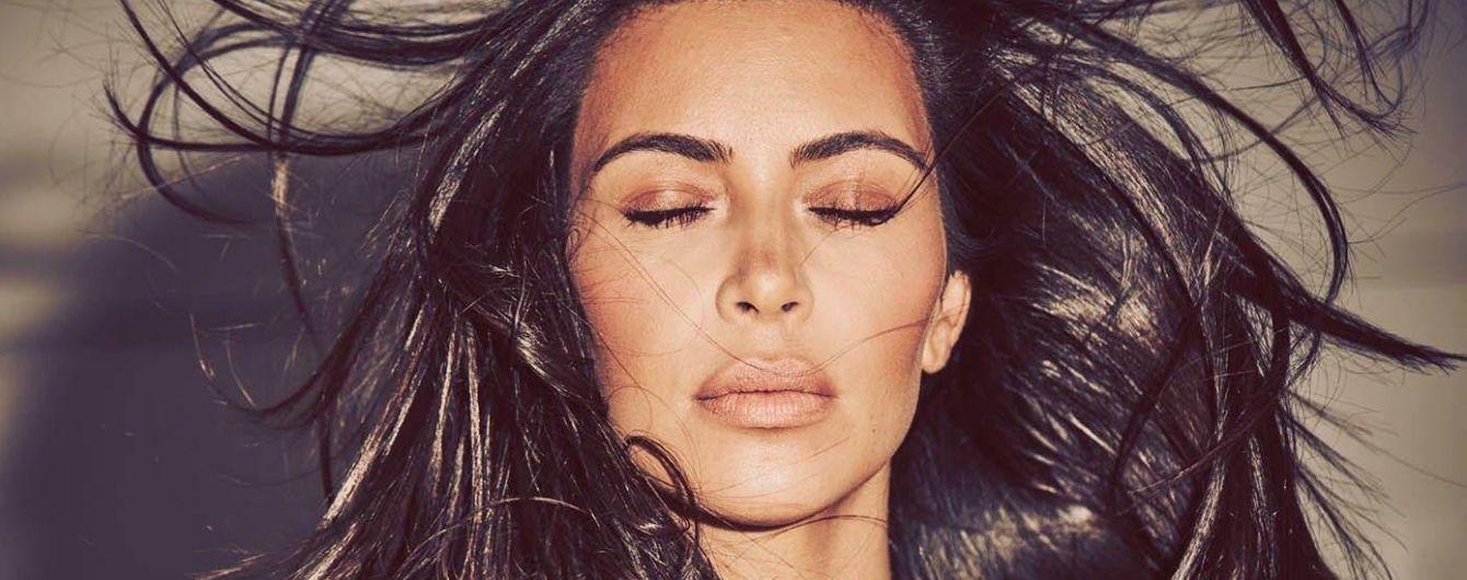 Кардашян прикрила оголені груди руками та поласувала вишнею у фотосесії для глянцю
