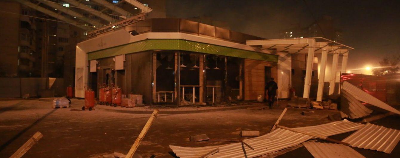 Конфликт на Позняках: из-за строительства АЗС активисты подрались с полицией и разбили комплекс