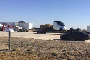 У Мережі вперше з'явилися фото вантажівки Tesla