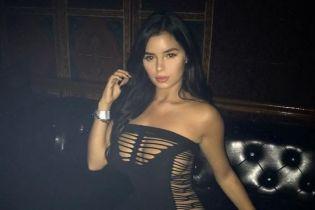 Без нижнего белья: Деми Роуз похвасталась сексуальным образом в откровенном платье