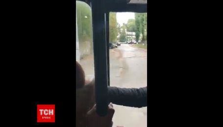 В Киеве маршрутка ехала с открытой дверью