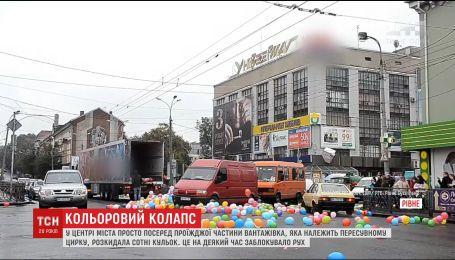 В Ровно работники цирка рассыпали по городу сотни воздушных шариков, которые заблокировали движение