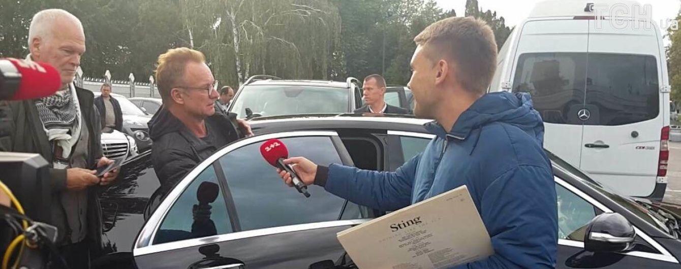 В очках и с рюкзаком: легендарный Стинг приземлился в Киеве