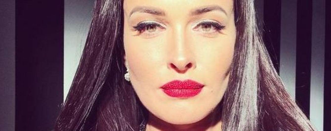 В наряде с откровенным декольте и колготках в сетку: Даша Астафьева продемонстрировала сексуальный лук