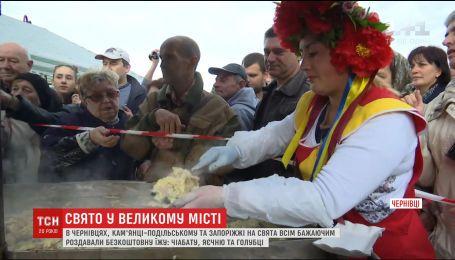 Черновцы, Каменец-Подольский и Запорожье отметили День города концертами и угощениями