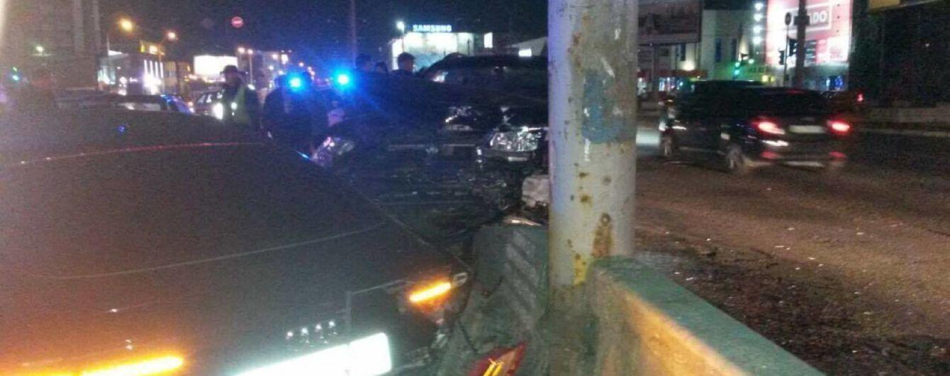 Не проскочил на красный. В Киеве посреди ночи столкнулись четыре авто