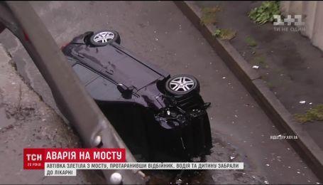 В Киеве автомобиль на большой скорости слетел с эстакады