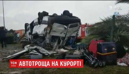 Вблизи Анталии автобус с туристами врезался в дерево и перевернулся