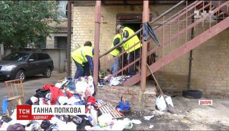 Мертві тварини та розбиті меблі: у квартирі дніпрянки кучугури сміття виросли вище людського зросту