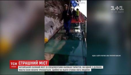 В Китае под ногами туриста начал трескаться стеклянный мост на высоте более километра