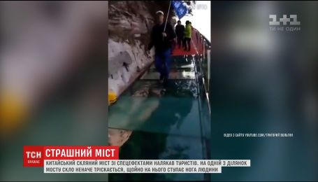 У Китаї під ногами туриста почав тріскатись скляний міст на висоті більше ніж кілометр