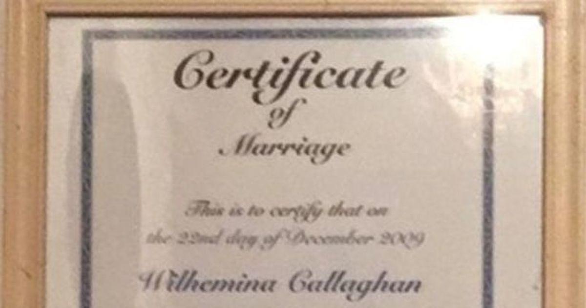 Свідоцтво про шлюб жінки та її собаки @ Metro