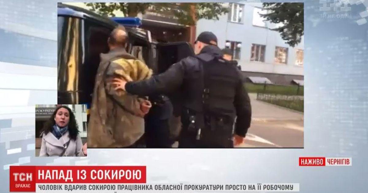 В прокуратуру с топором: отец нападающего считает, что сын шел жаловаться на него