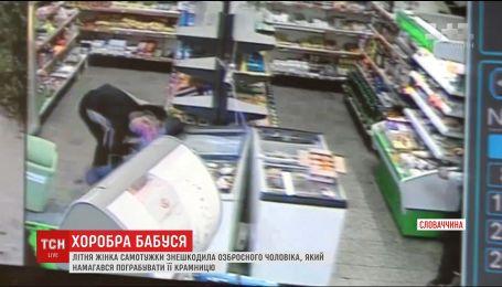 Літня жінка у Словаччині не дозволила озброєному грабіжнику пограбувати її крамницю