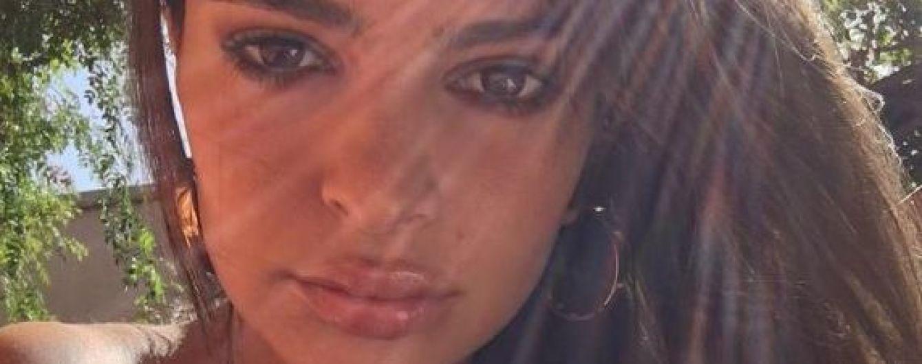 Вновь без бюстгальтера: Эмили Ратажковски поделилась пикантным кадром