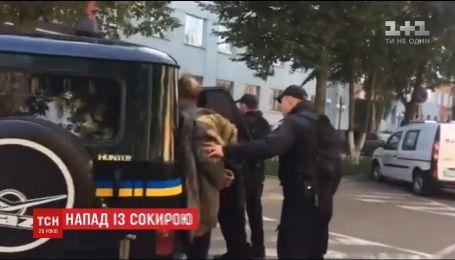 Мужчине, который вчера с топором напал на работницу прокуратуры, сообщили о подозрении