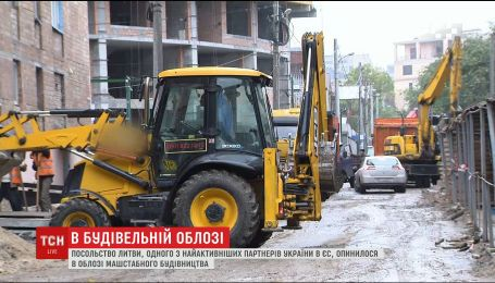 Посольство Литви у Києві опинилося в епіцентрі масового будівництва