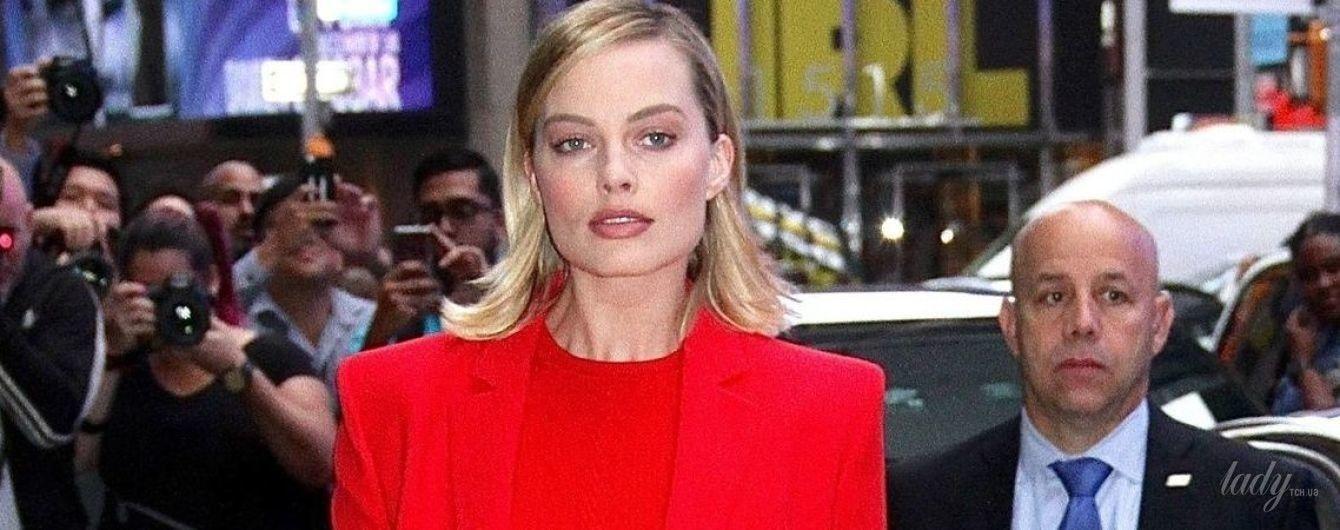 Умеет быть яркой: Марго Робби приехала на шоу в красном наряде от Versace