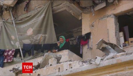 Корреспондент Reuters показал, как живут люди в разбомбленных домах в Сирии