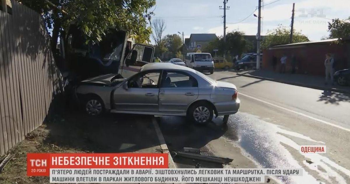 В Одесской области маршрутка врезалась в забор жилого дома