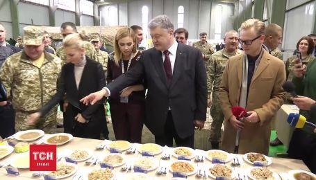 Порошенко с журналистами попробовал новые военные сухпаи