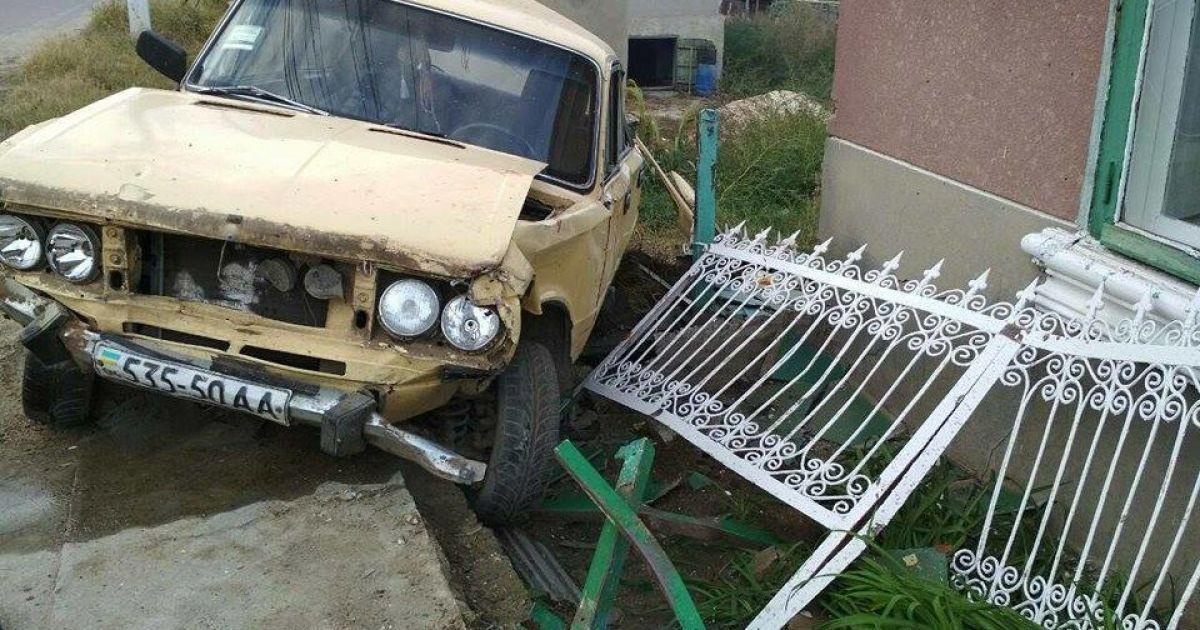 На Одесщине пьяный водитель въехал в скамейку возле дома: погибли трое пенсионерок