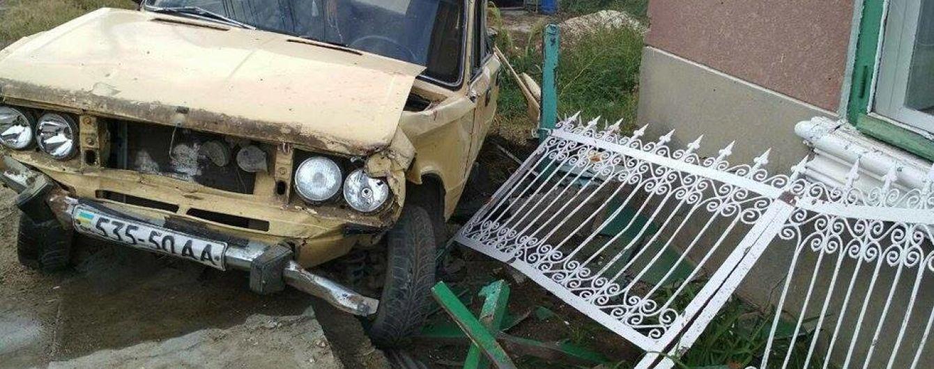 На Одещині п'яний водій в'їхав в лавку біля будинку: загинуло троє пенсіонерок