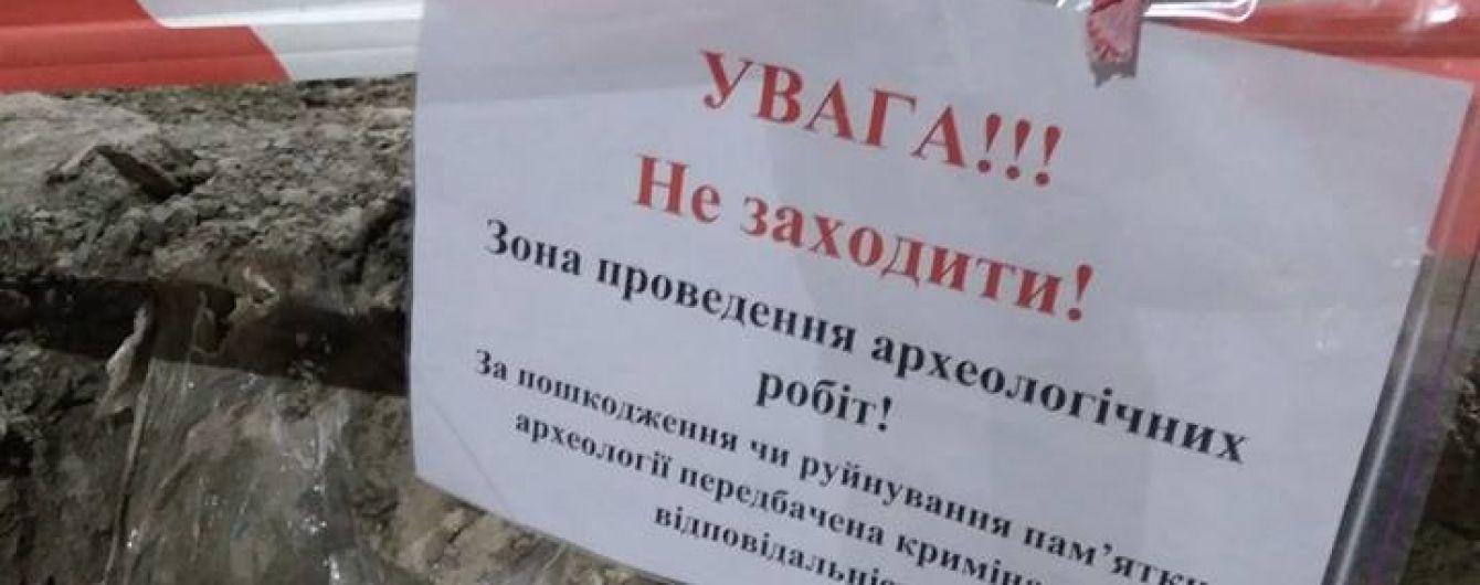 """Сумнівні інвестори із """"Сім'ї"""" знищують пам'ятку часів Русі. Як вберегти розкопки на Поштовій у Києві"""