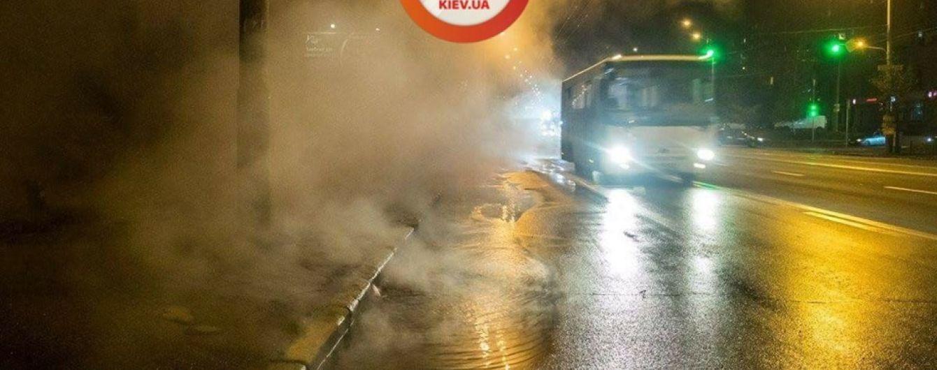 Туман із каналізації: у Києві на проспекті Лобановського прорвало труби