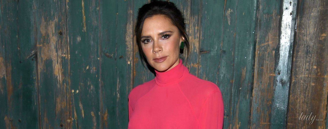 В красном халате за туалетным столиком: Виктория Бекхэм показала, как наносит макияж