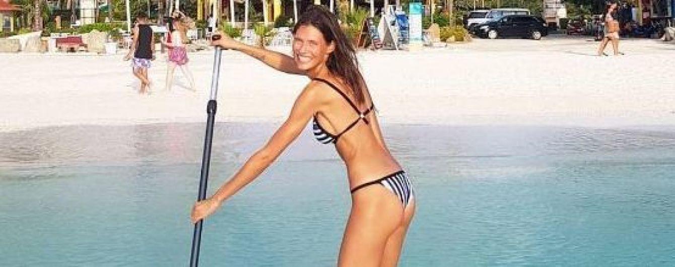 Как тростинка: похудевшая Бьянка Балти в купальнике покаталась на доске