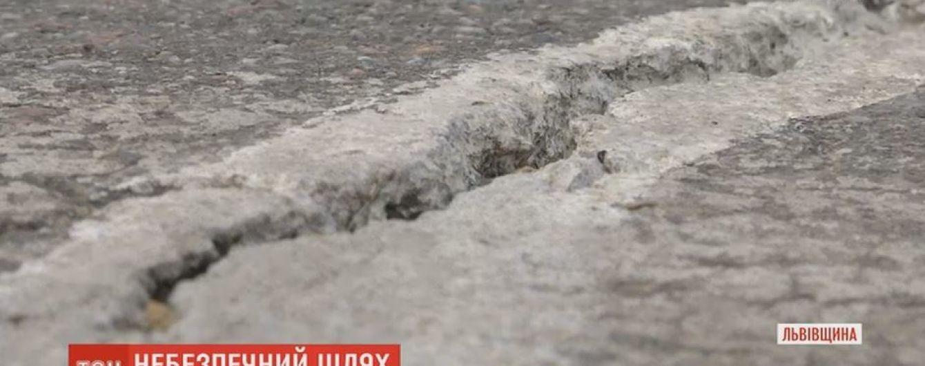 Через аварийную дорогу вблизи Дрогобыча уже не пускают фуры