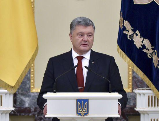 """Порошенко підписав закон про вітання """"Слава Україні"""" у ЗСУ"""