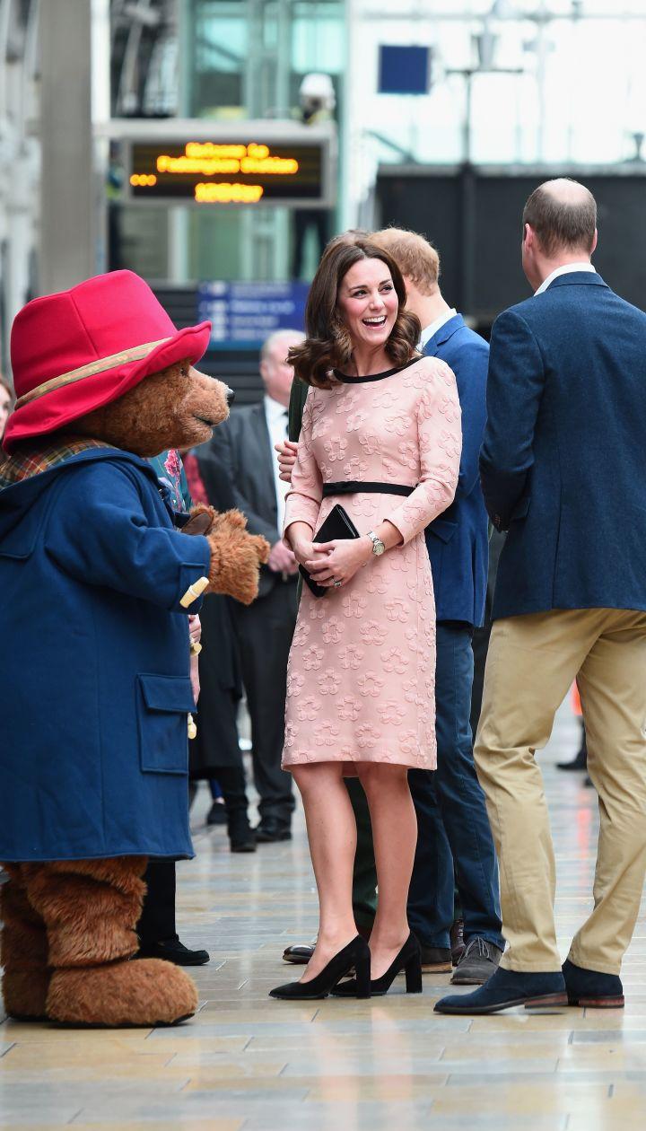 Герцогиня Кембриджская с принцами Уильямом и Гарри на вокзале Паддингтон