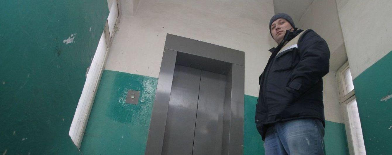 Гибель младенца в лифте. Сумской суд отпустил подозреваемых домой