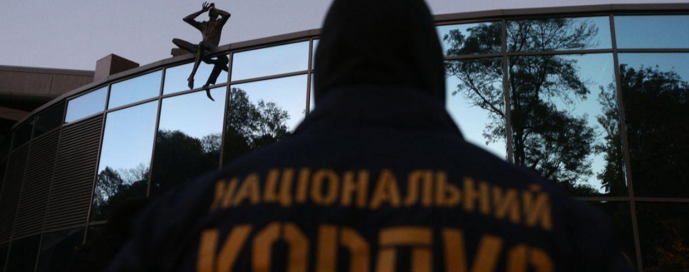 Заблокирован вход к базе Нацкорпуса в Киеве. Опубликовано видео изнутри